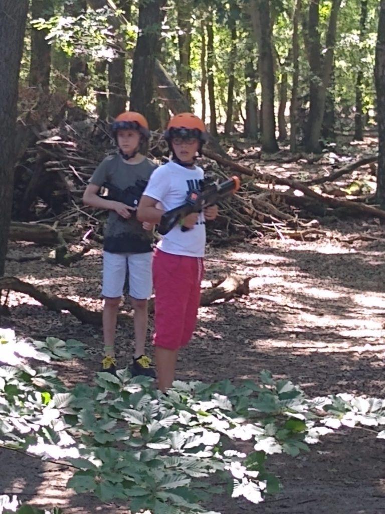 lasergamen in het bos bij de camping