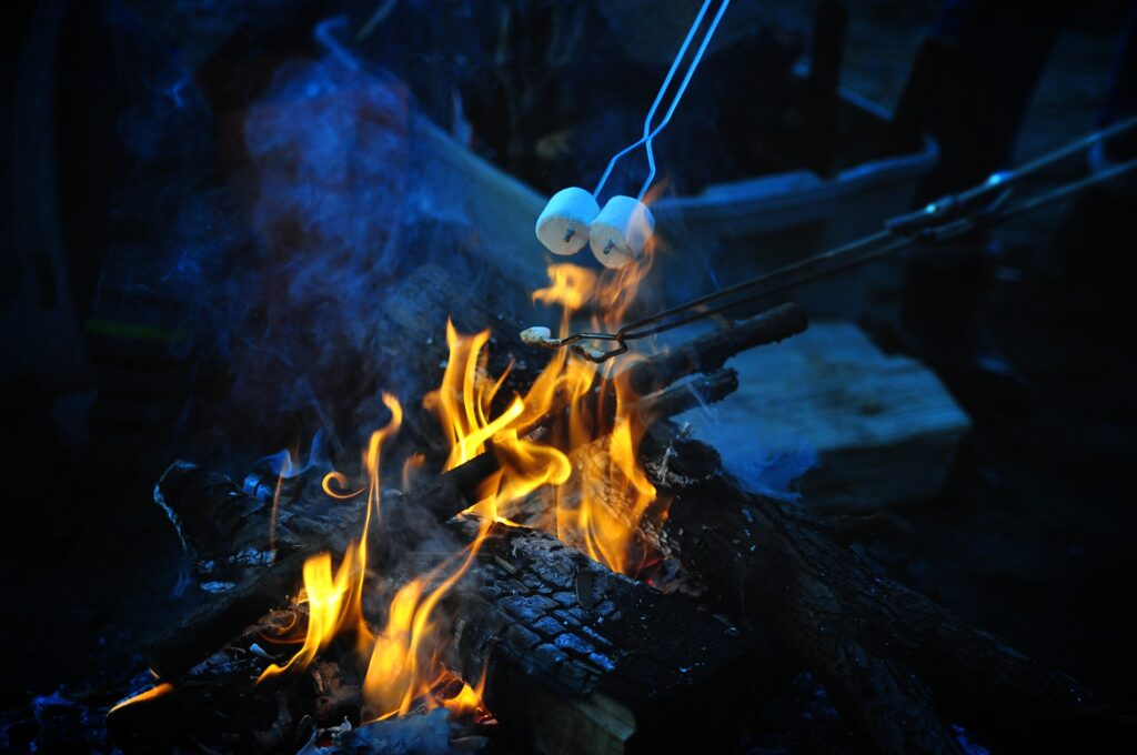marshmallows roosteren boven een vuurtje op de camping