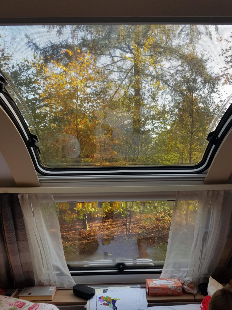 mooi-uitzicht-vanuit-de-caravan-door-het-panorama-raam caravan
