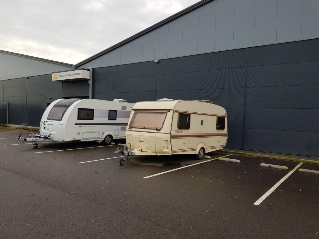 twee-caravans-op-parkeerterrein-stalling