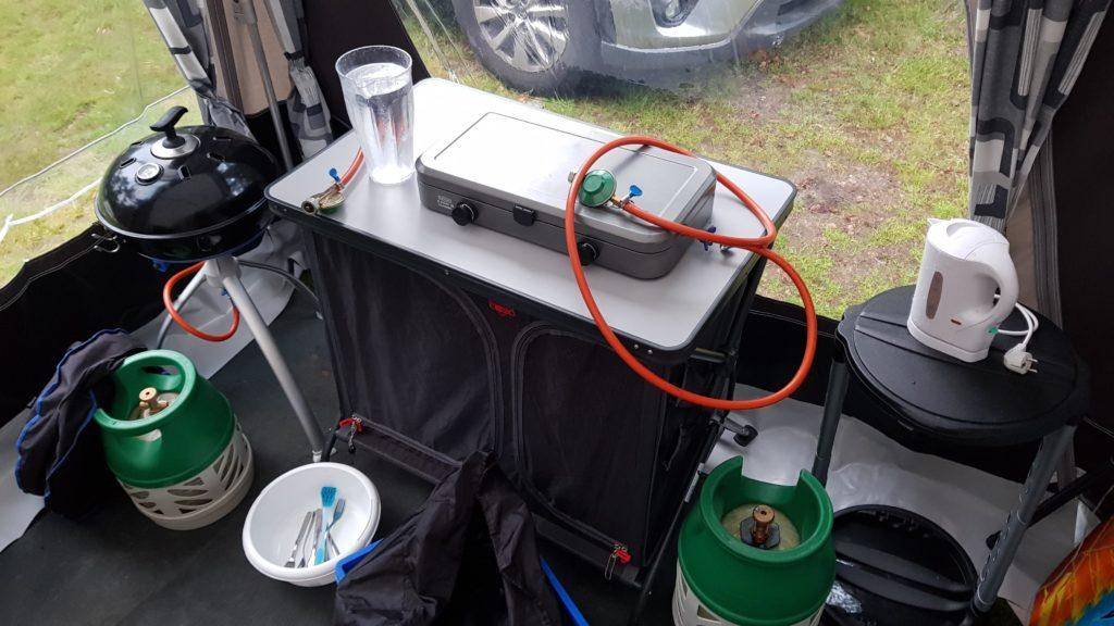 twee gasflessen op de camping