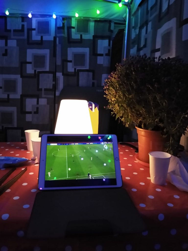 voetbal kijken in de voortent op de camping