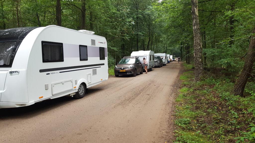 wachten tot receptie opengaat op camping De Paalberg.