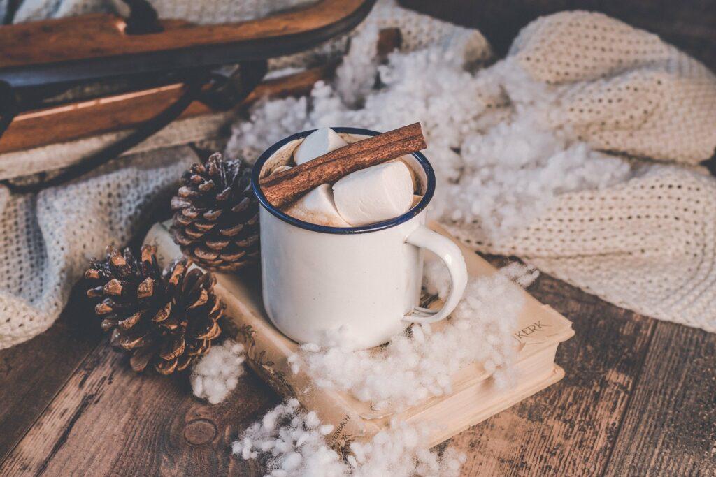 warme chocolademelk drinken op de camping